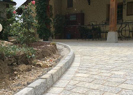 Cour et bordures en pierre naturelle